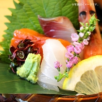 お造り:日本海で獲れた新鮮な海の幸をたっぷりとご堪能下さい。