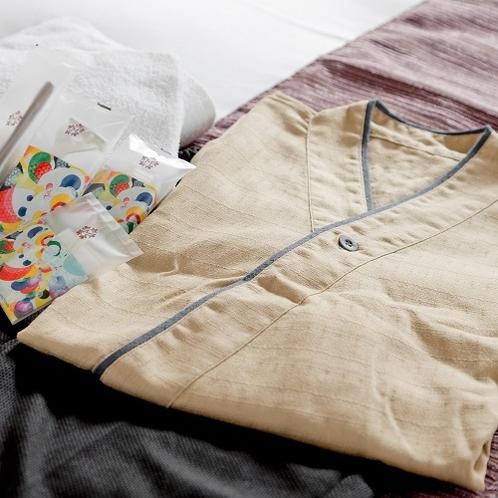客室でお寛ぎ頂けるように作務衣を採用