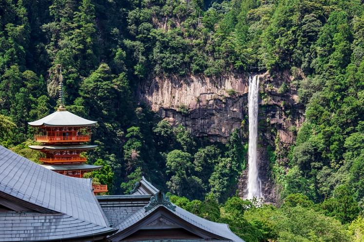 三重塔と那智の滝 青岸渡寺本堂