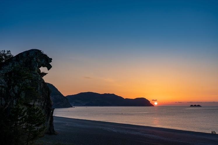 獅子岩 熊野灘の夜明け