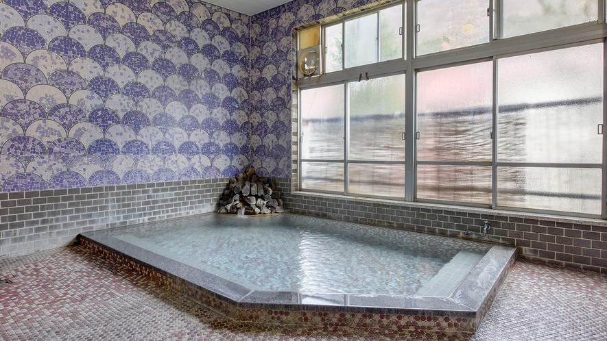 *男性風呂/源泉かけ流しの良質な温泉がたっぷりと注がれる湯船。