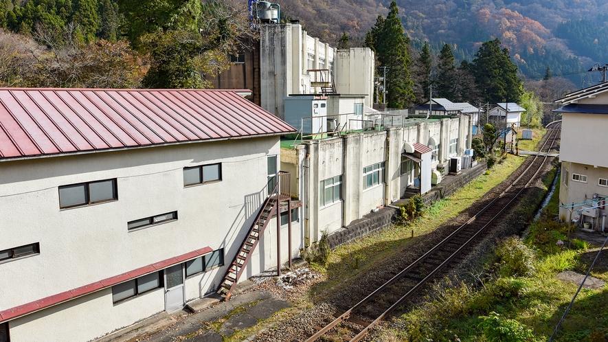 *客室からの眺め/お部屋のすぐ横を電車が通ります!