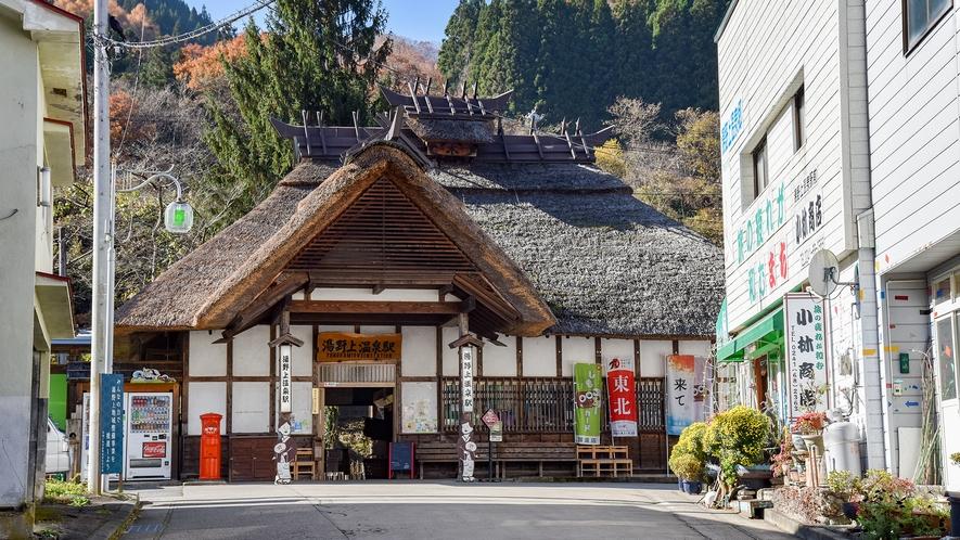 *湯野上温泉駅/茅葺屋根と木の看板がなんともいえない味わいを醸し出す駅舎。*
