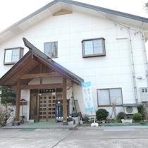 *外観/鉄道ファン必見!お部屋から会津鉄道が見られる温泉宿。