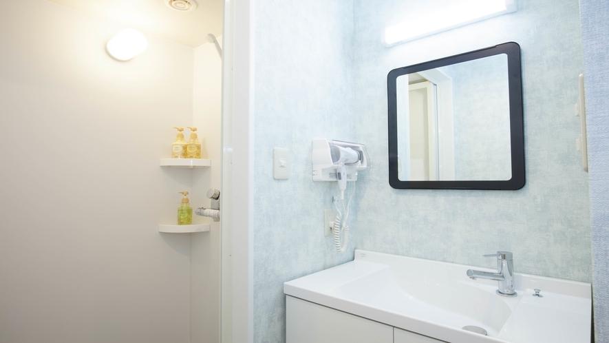 シャワー室&洗面台(各部屋に有り・シャンプー、ドライヤー完備)