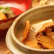 *夕食一例/食材はきのこや山菜など山の幸中心。お客様の体調に合わせたアレンジも可能です。