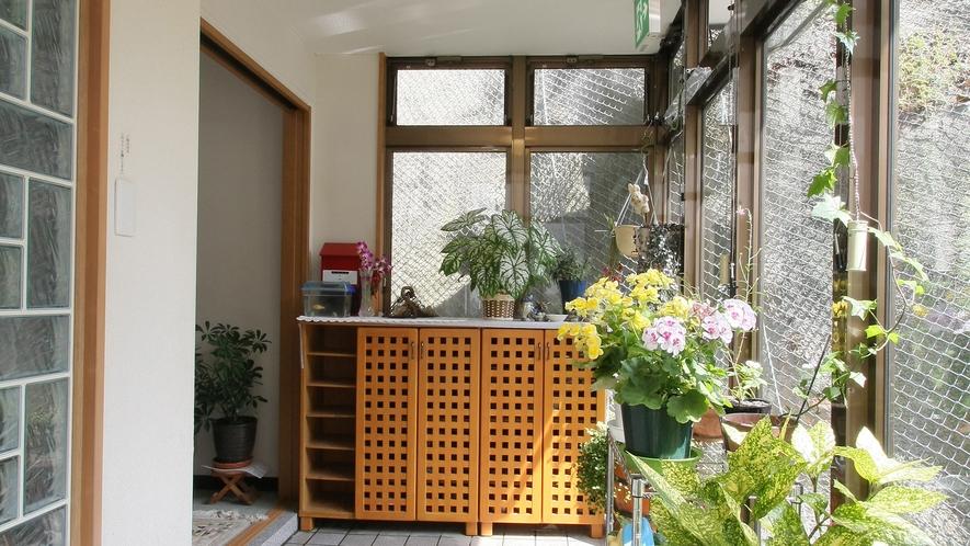 *玄関/全館改装済みで、増富温泉のなかでは新しい施設です。館内は明るく快適。
