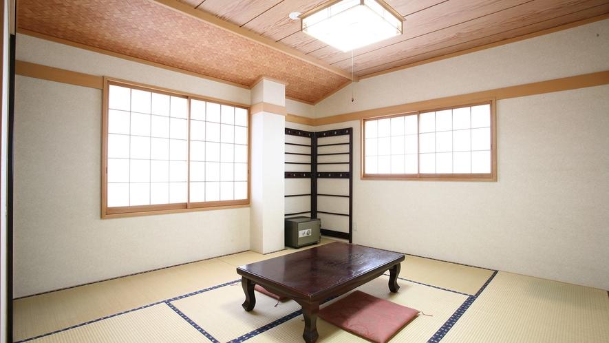 *和室8畳一例/白壁と優しい木の風合いが心地良い、純和風のお部屋。