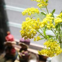*館内一例/館内には季節のお花を飾ってお客様をお迎えいたします。