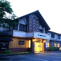 ホテル外観(夕方の玄関)