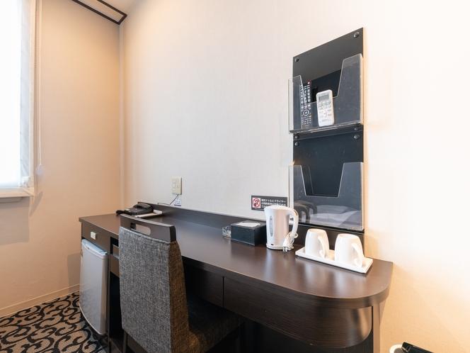 シングルルームデラックス 冷蔵庫や湯沸かし器、各部屋に数多くのアメニティを揃っております。