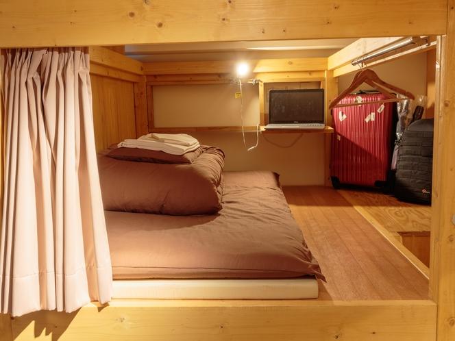 ドミトリーのベッド(ベッドライト、テーブル、貴重品管理ボックス有)