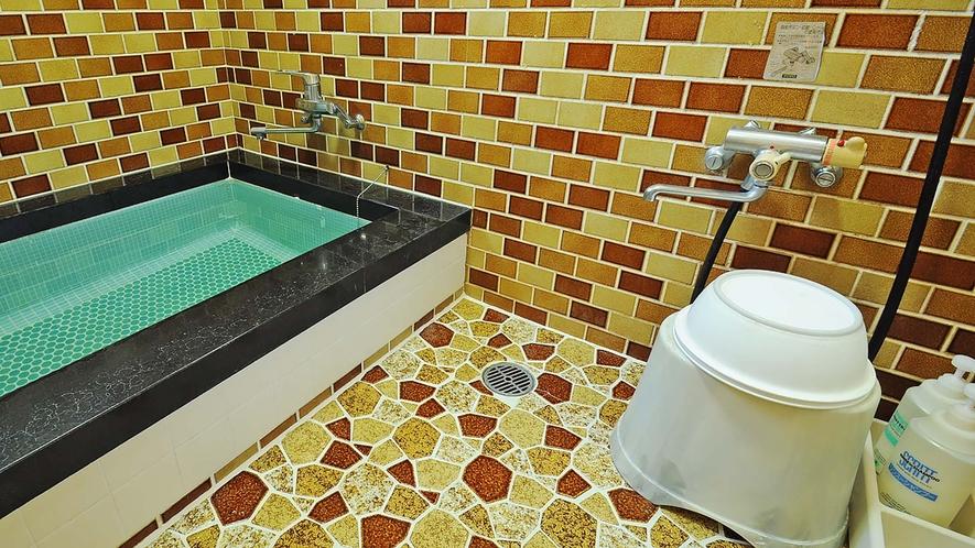 【浴室】内鍵が付いていますので貸し切りでご利用いただけます。またシャワー室もございます。