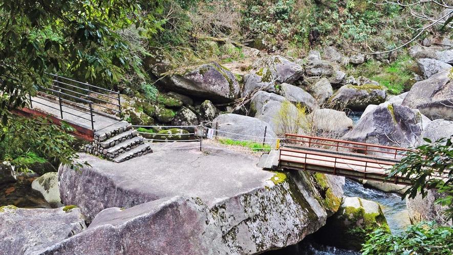 【周辺】遊歩道が整備され浸食によって変化した巨岩、怪石が間近で見ることができます。