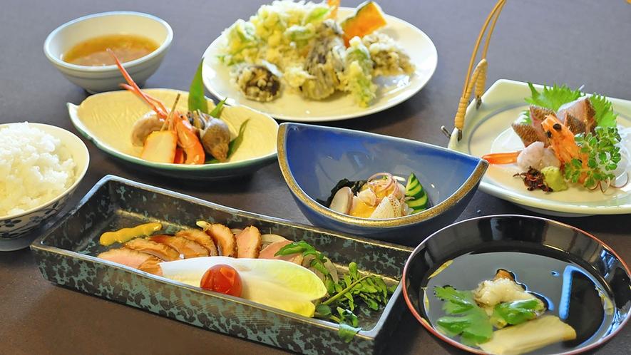 【夕食の一例】いつ来ても違うメニューが楽しめる夕食です。
