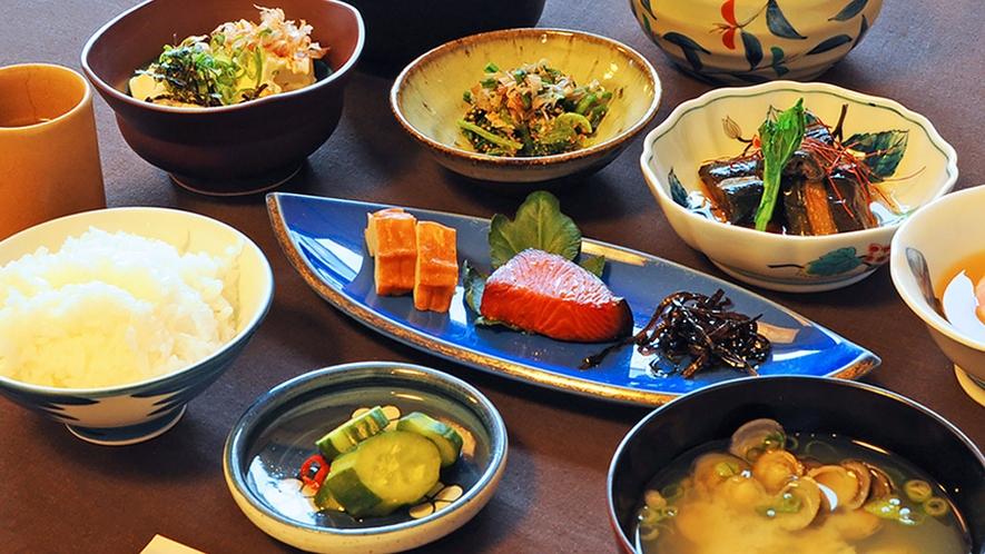 【朝食の一例】朝食も旬の食材により献立は日々変わります。