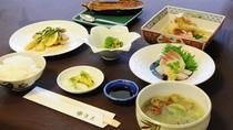 【夕食の一例】季節の食材を活かして心を込めた調理でおもてなしいたします。