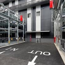 駐車場は1泊1,500円となります。先着順で、満車時や車体のサイズが制限を超える場合は近隣の駐車場を