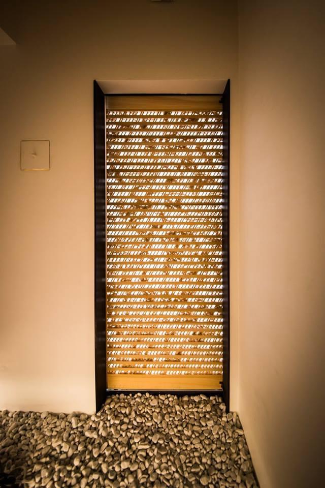 細かな光が差し込む玄関