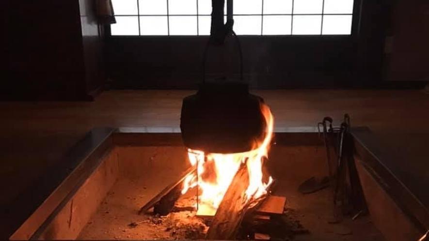 *【かやぶきの宿館内】囲炉裏の暖かな炎は波動の高いエネルギーとなります。