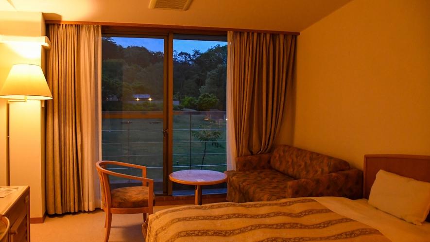 【スタンダードツイン】夕暮れ時にはソファースペースで語らうのも素敵ですね♪