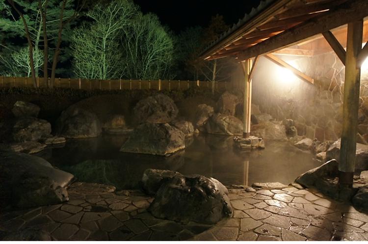 【露天風呂(夜)】星空を眺めながら一日の疲れを癒してくださいね。