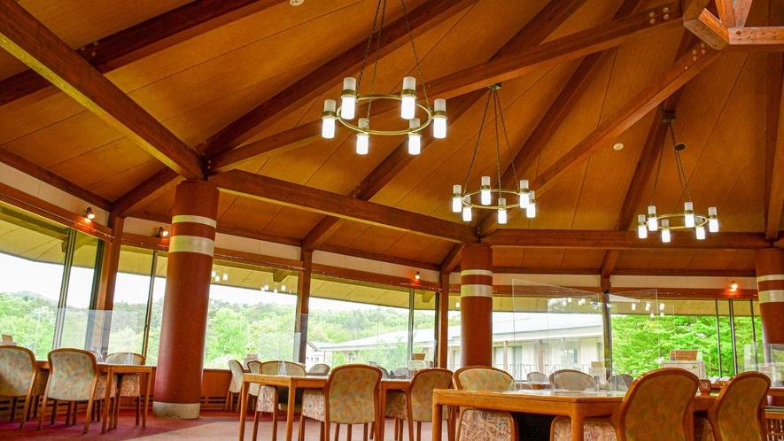 【レストラン「四季彩」】朝には四季折々の風景が目に鮮やかです。