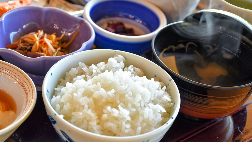 【田舎の朝ごはん】ふっくらご飯に和風のおかず、お味噌汁の香りで朝からほっこり