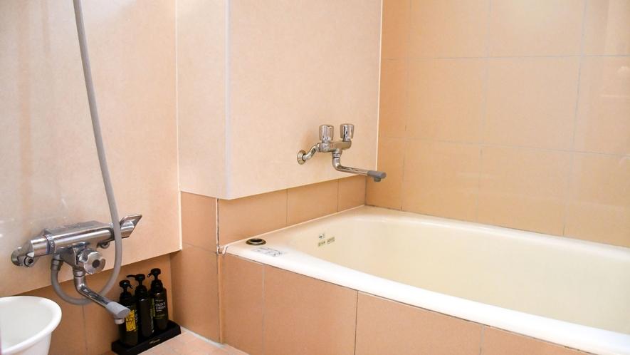【離れ別館・和室(バスルーム)】お部屋のバスルームで気兼ねなくご入浴頂けます。