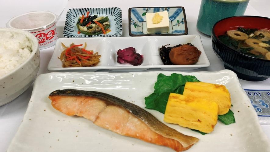 和食セット(骨なし鮭に紀州産の大きな梅干し、小鉢等は適宜変更。種類豊富!)
