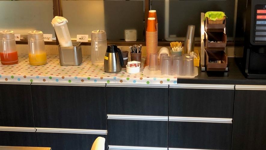 フリードリンクバー(朝食¥1000、コーヒーは部屋へお持ち帰り可)