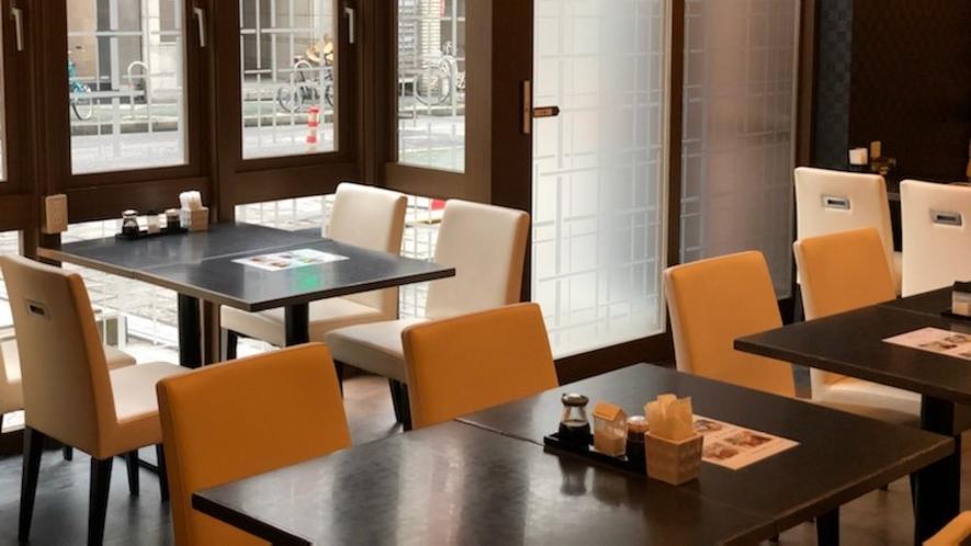 朝食会場(外側。1日の始まりはバランスの良いセットメニューで活力を!)