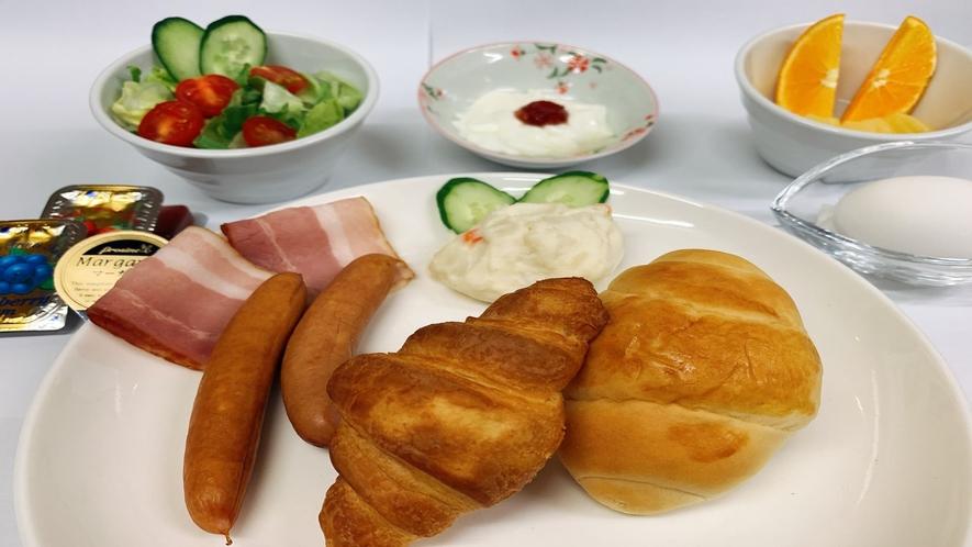 洋食セット(焼きたてパンにストロベリー・ブルーベリージャム、マーガリンの3つの味)