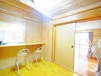 【客室】キッチンに隣接するカウンターでは食事や読書や宿題にも♪