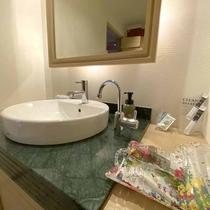 【スタンダードダブル:洗面】快適にお過ごしいただけるアメニティを多数ご用意しております。