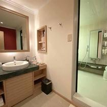 【スタンダードダブル:洗面】快適な洗面台と広々としたバスルーム。