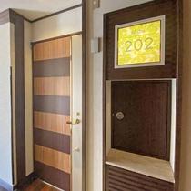 【お部屋入口】お料理はドア横の小さな扉からお渡しいたします。