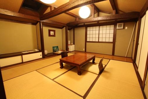 8畳の和室、一体型バストイレ付。