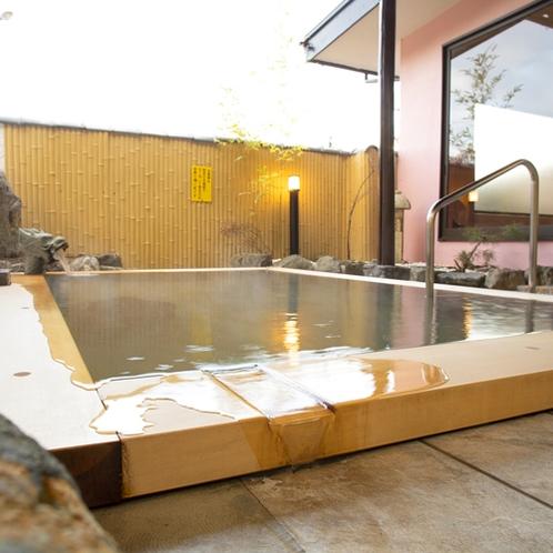*[露天風呂一例]湯触りは柔らかく、お肌スベスベ♪保温効果も高く、身体の芯から温まると好評です。1