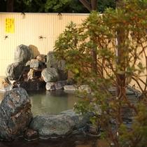 *[露天風呂一例]加水・加温・ろ過なしの源泉かけ流しの湯をお楽しみください。