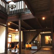 【館内】大正時代の建物をリノーベーション。レトロな雰囲気漂う館内です。