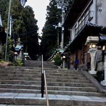 【周辺】目の前は宝山寺参道。観光客が訪れるパワースポット。