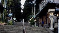 ・【周辺】目の前は宝山寺参道。観光客が訪れるパワースポット。