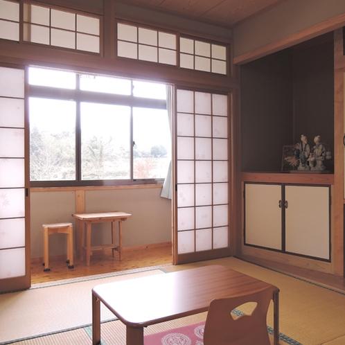 *【本館和室一例】窓からは周囲の山並みを一望