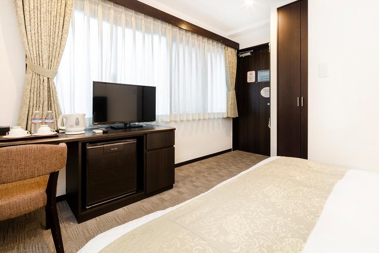 コンパクトながらこだわりのインテリアで快適なダブル。広々ベッドでコンパクトで落ち着けるお部屋です