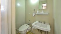 *部屋(シングルバスなしトイレ付)古さはあるものの清潔感を大切にしております。