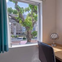 窓際のテーブル席(ダブル・ツイン)ノートパソコンでの仕事もOK(Wi-Fi完備)