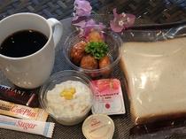 【軽朝食セット】チェックイン時にお渡しいたします。個包装パン、ポテトサラダ、ミートボール・ウィンナー