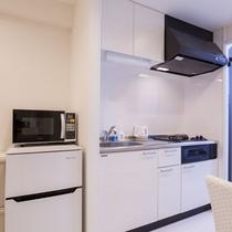 キッチン 2口ガスコンロ、電子レンジ、電子ポット、調理器具、食器を備えます。