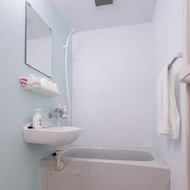 バスルームはシャワーカーテンが無く、洗い場で快適にシャンプー、ボディソープやシャワーを満喫